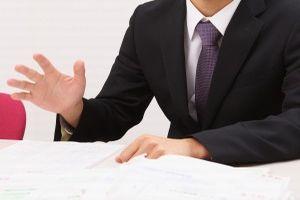 賠償責任保険を説明する人