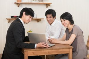 無料住宅ローン相談を受ける夫婦